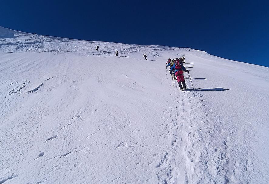 Mozolne podejście w stronę szczytu