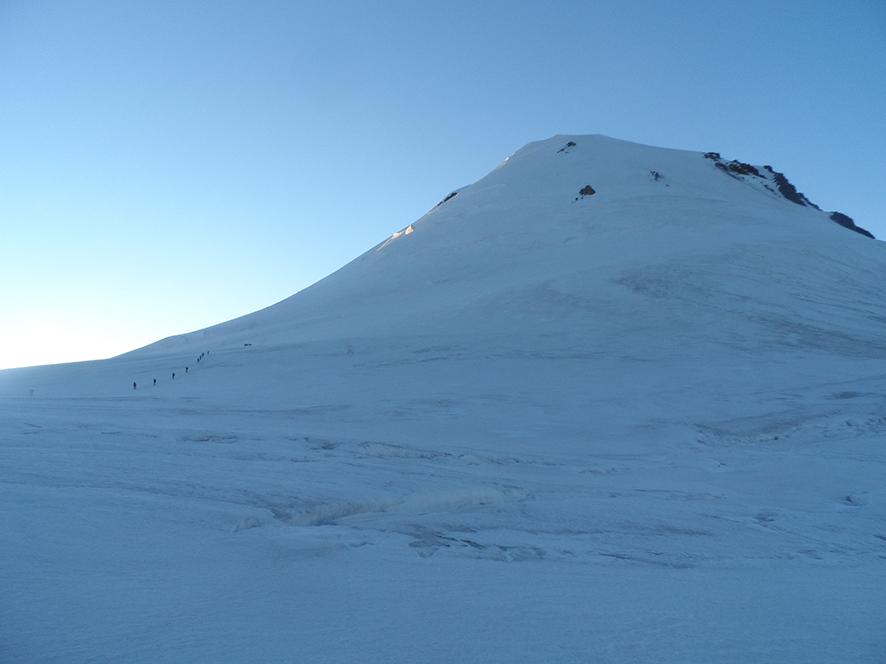 Widok na ostatnie trudności przed wejściem na sam szczyt