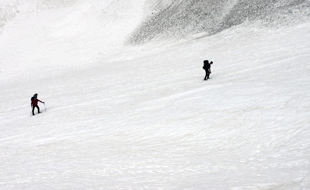 Mozolnie po śniegu w kierunku schroniska Stüdlhütte