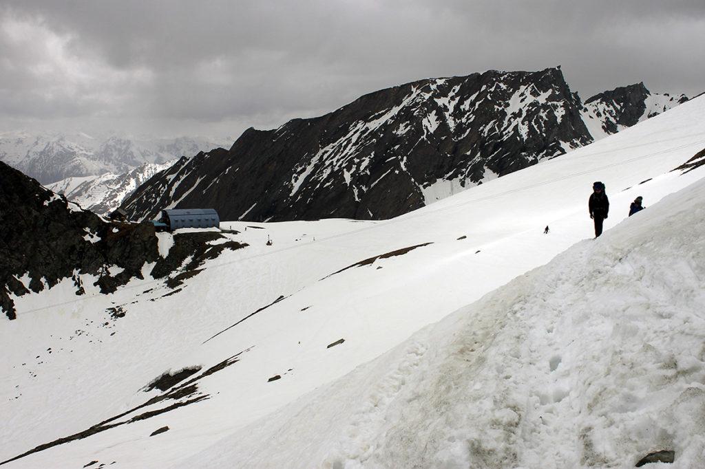 Idziemy w kierunku lodowca Kodnitzkees. W tle schronisko Stüdlhütte